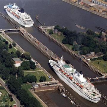 Die Schleusen in Brunsbüttel mit zwei Kreuzfahrtschiffen