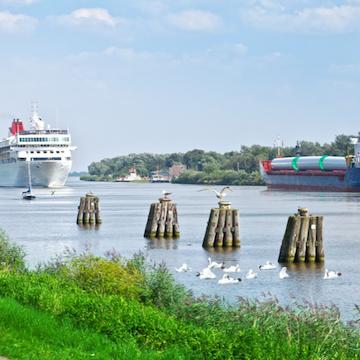 Nord-Ostsee-Kanal mit Kreuzfahrtschiff und Frachtschiff