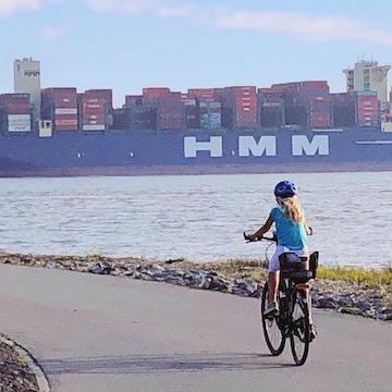 Fahrradweg mit Fahrradfahrerin